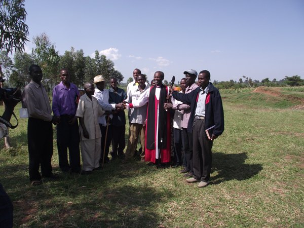 "</span><span style=""font-size: 12.16px;\"">Bishop Mwita Akiri with clan leaders of Warenchoka and Wanchari after a Sunday worship service at Bunchari Parish</span><span style=\""font-size: 12.16px;\"">"